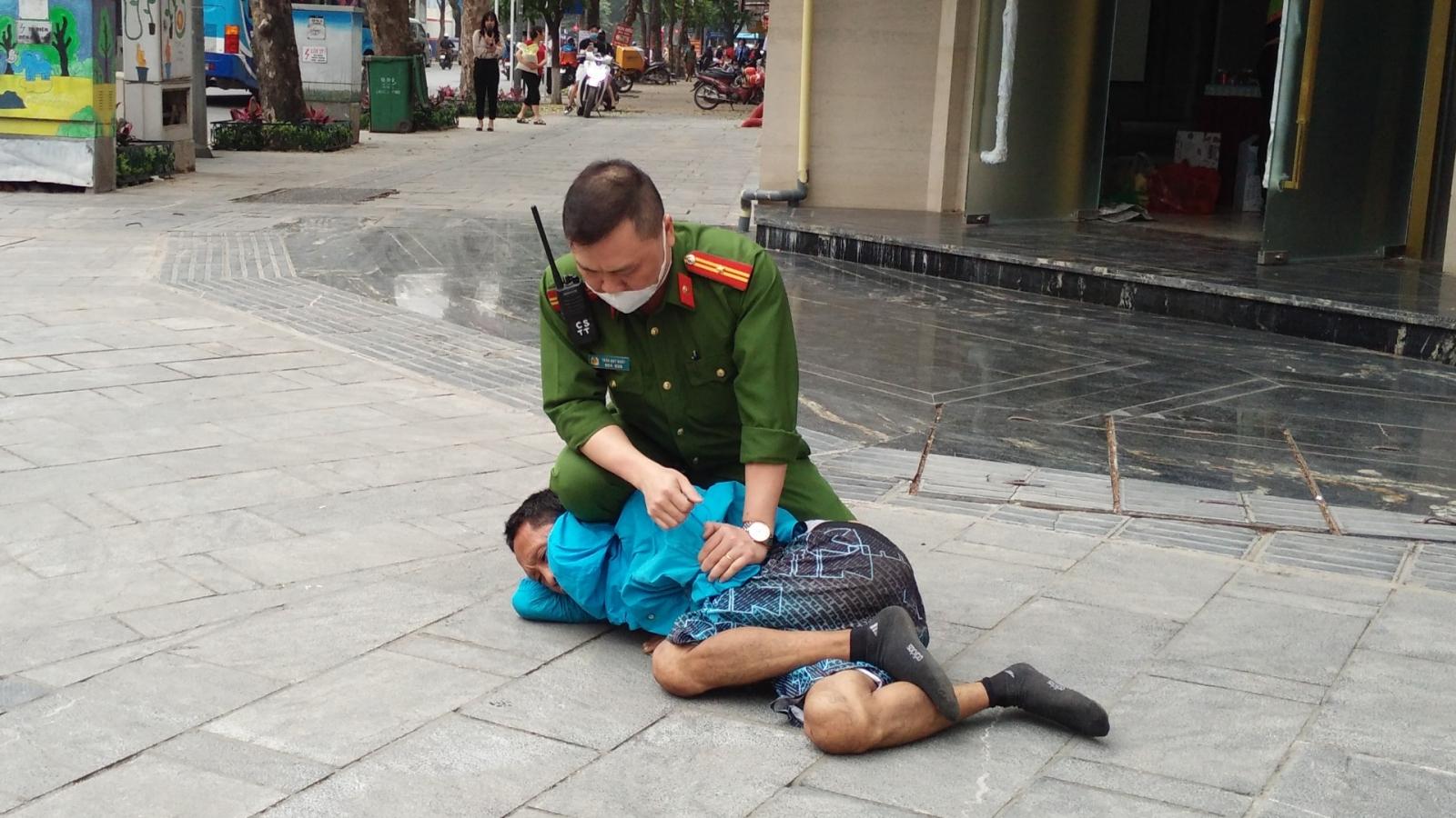 """Khống chế đối tượng có biểu hiện """"ngáo đá"""" tấn công người đi đường ở Hà Nội"""
