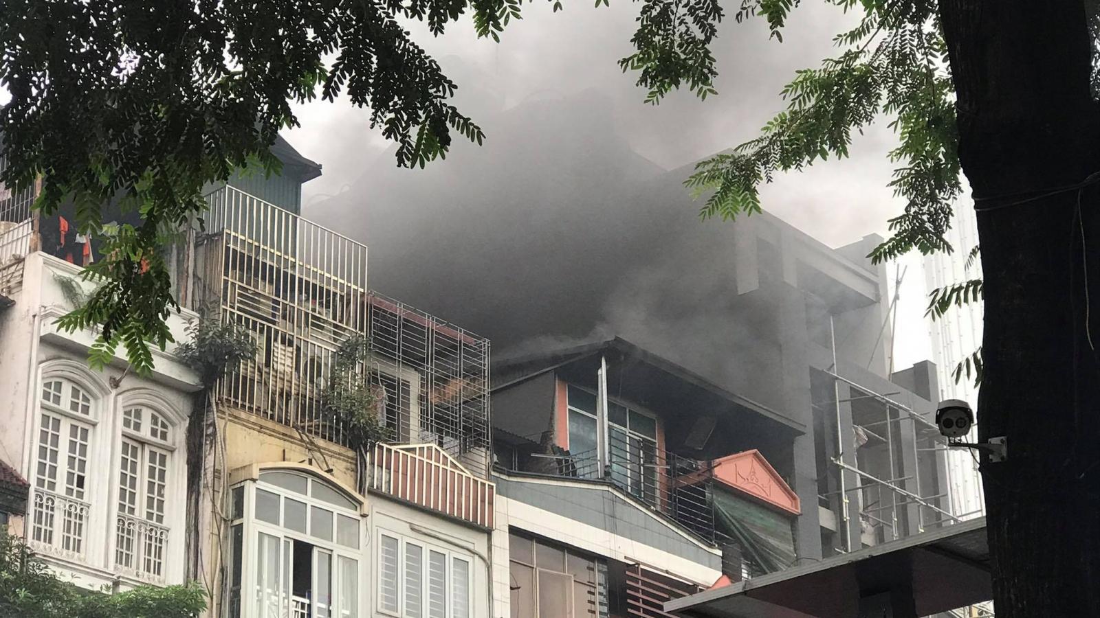 Cháy lớn tại nhà hàng Nét Huế ở Hà Nội vào giờ tan tầm