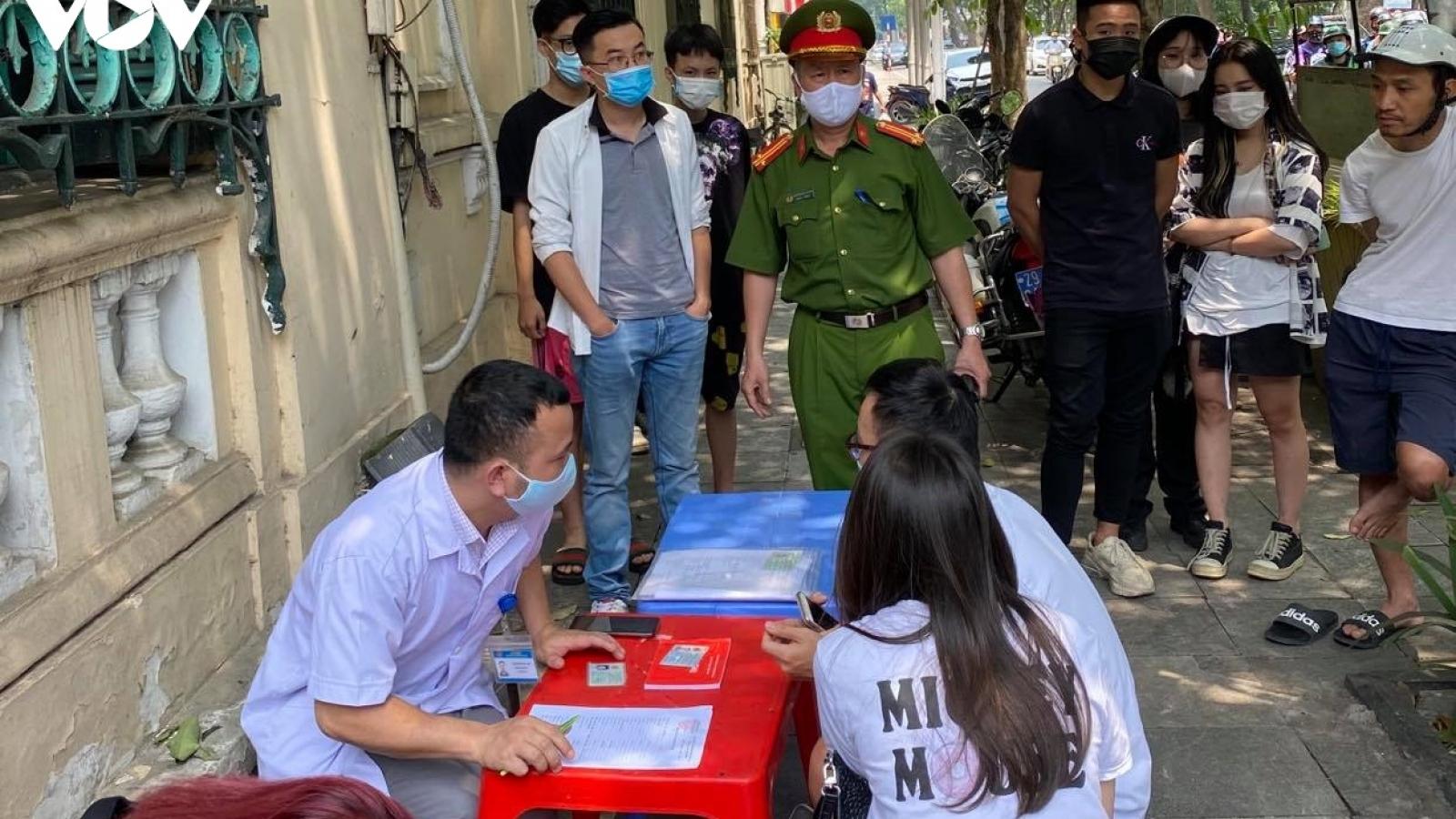 Công an Hà Nội xử lý 9 người không đeo khẩu trang nơi công cộng