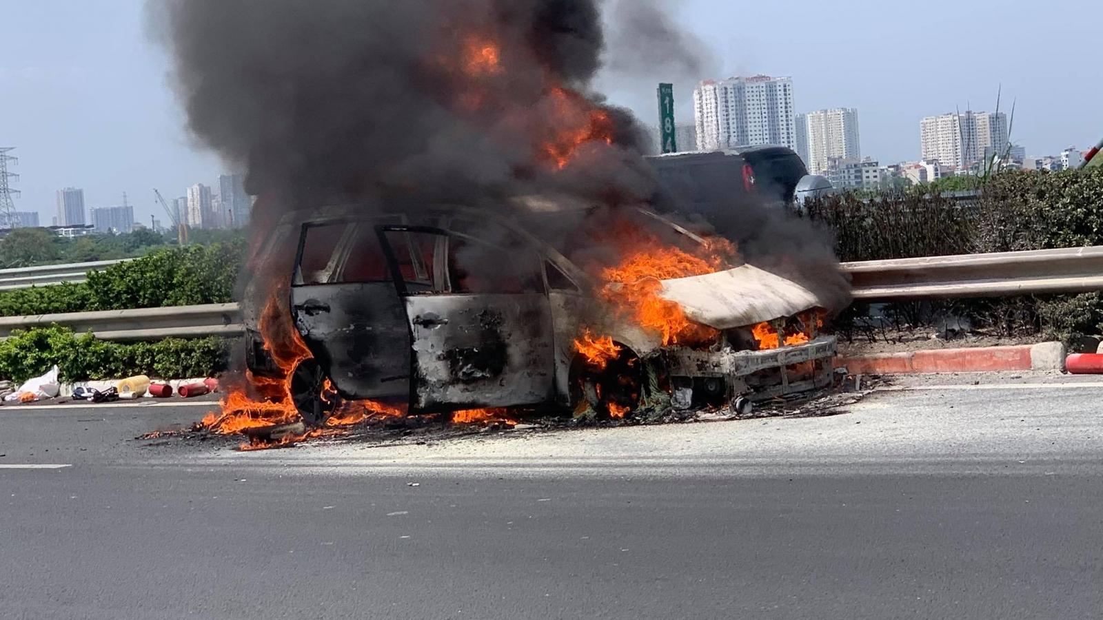 Ô tô7 chỗbốc cháy ngùn ngụt trên cao tốc Pháp Vân - Cầu Giẽ - Ninh Bình