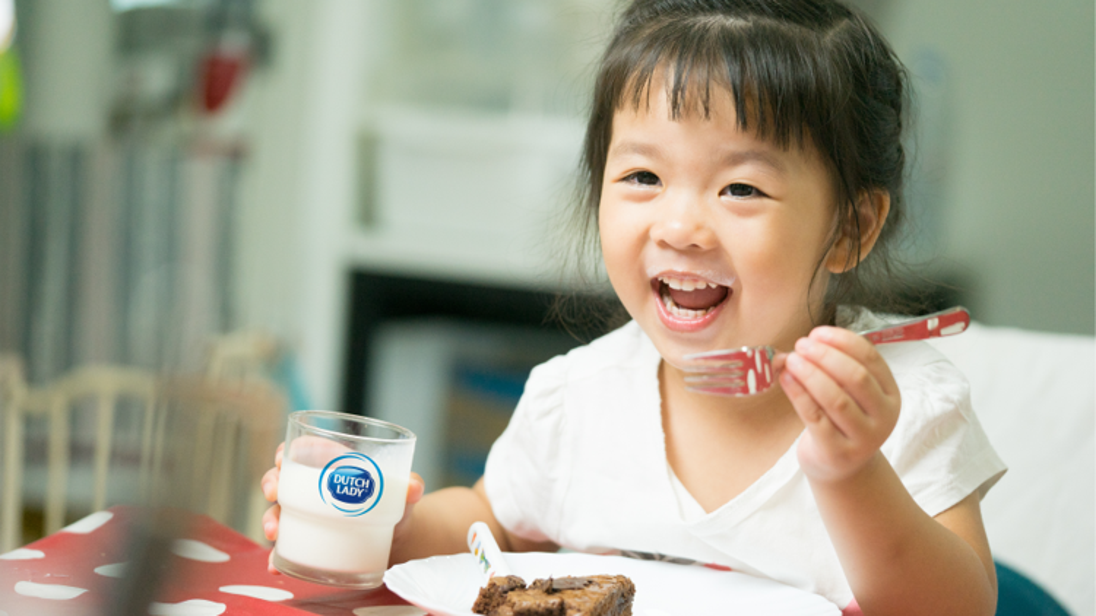 Cô Gái Hà Lan mách mẹ lợi ích bất ngờ nhờ uống sữa tươi trong bữa sáng cho bé