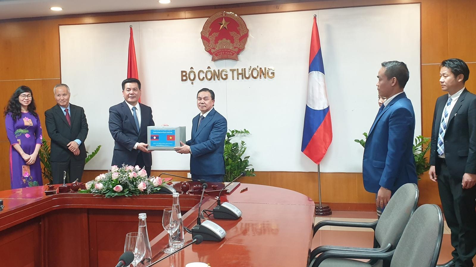 Bộ Công Thương tặng Lào 50.000 khẩu trang phòng, chống dịch COVID-19