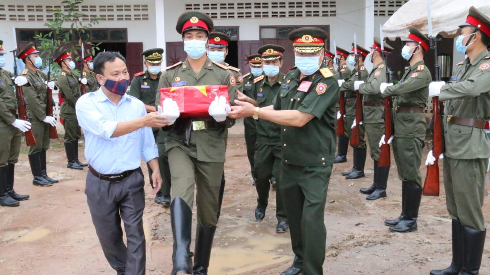 Tiễn đưa hài cốt liệt sĩ chuyên gia và quân tình nguyện Việt Nam hy sinh tại Lào về nước