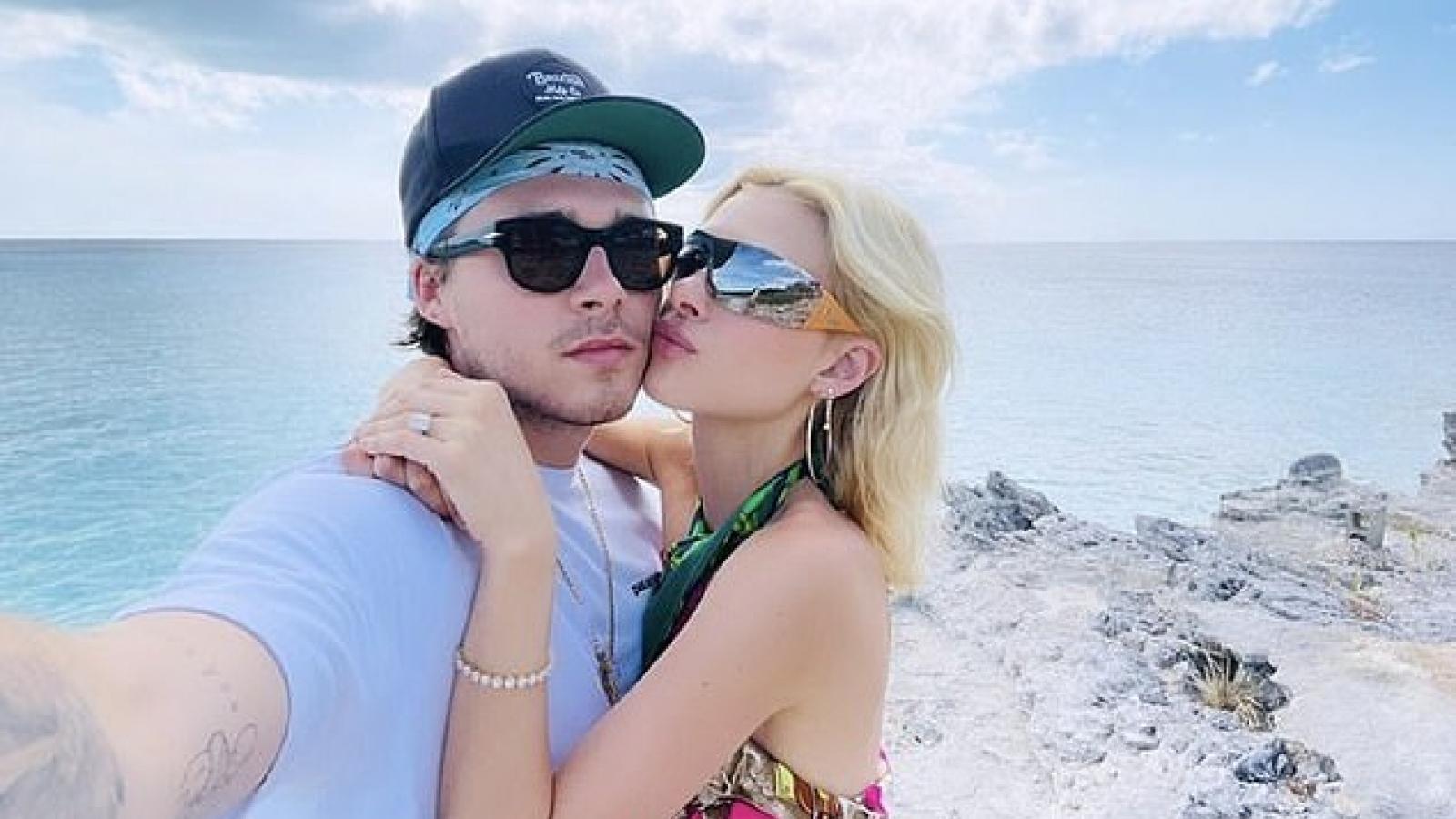 Brooklyn Beckham tình tứ bên bạn gái xinh đẹp ở Caribe