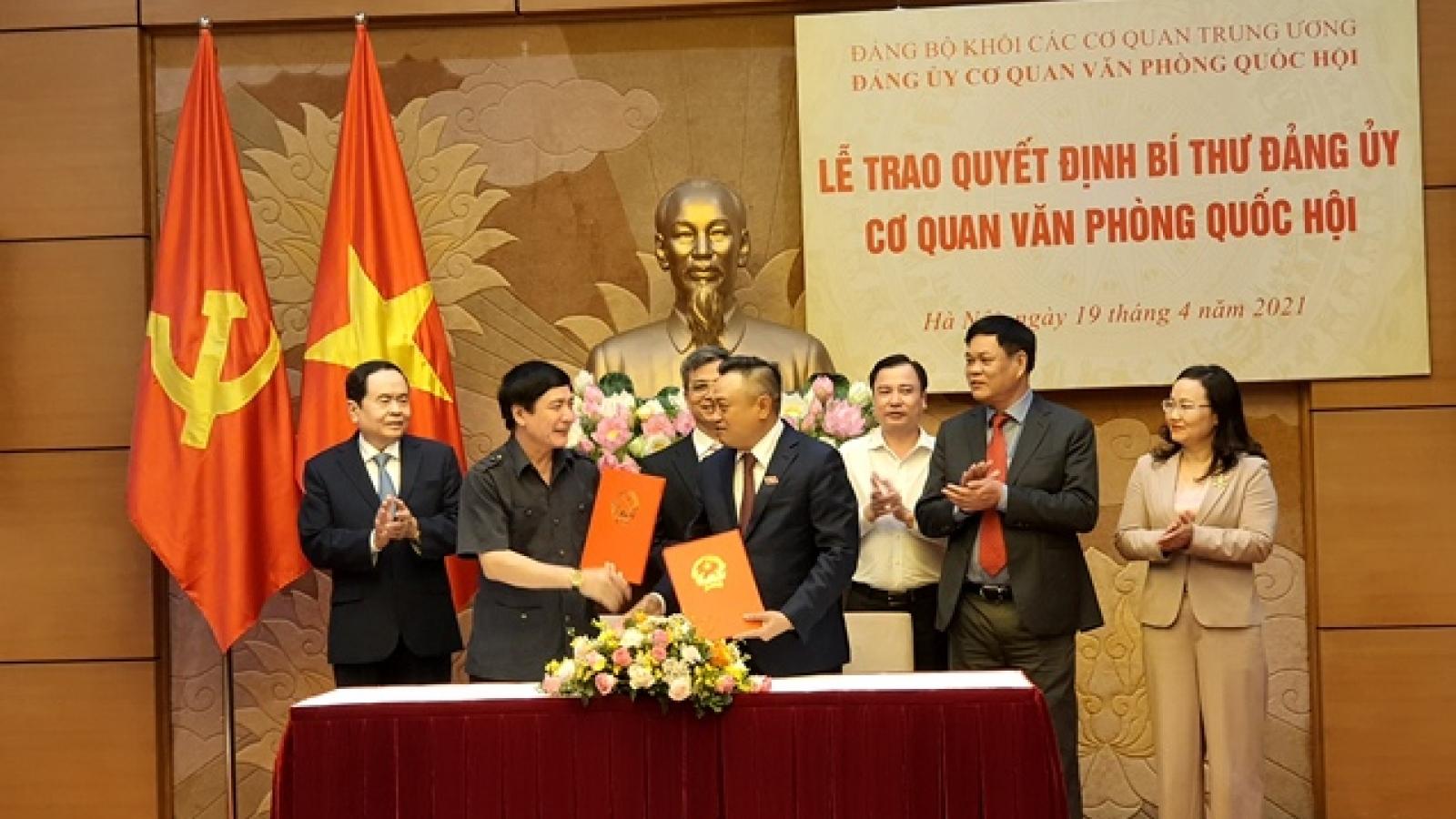 Lễ trao Quyết định Bí thư Đảng ủy cơ quan Văn phòng Quốc hội cho ôngBùi Văn Cường