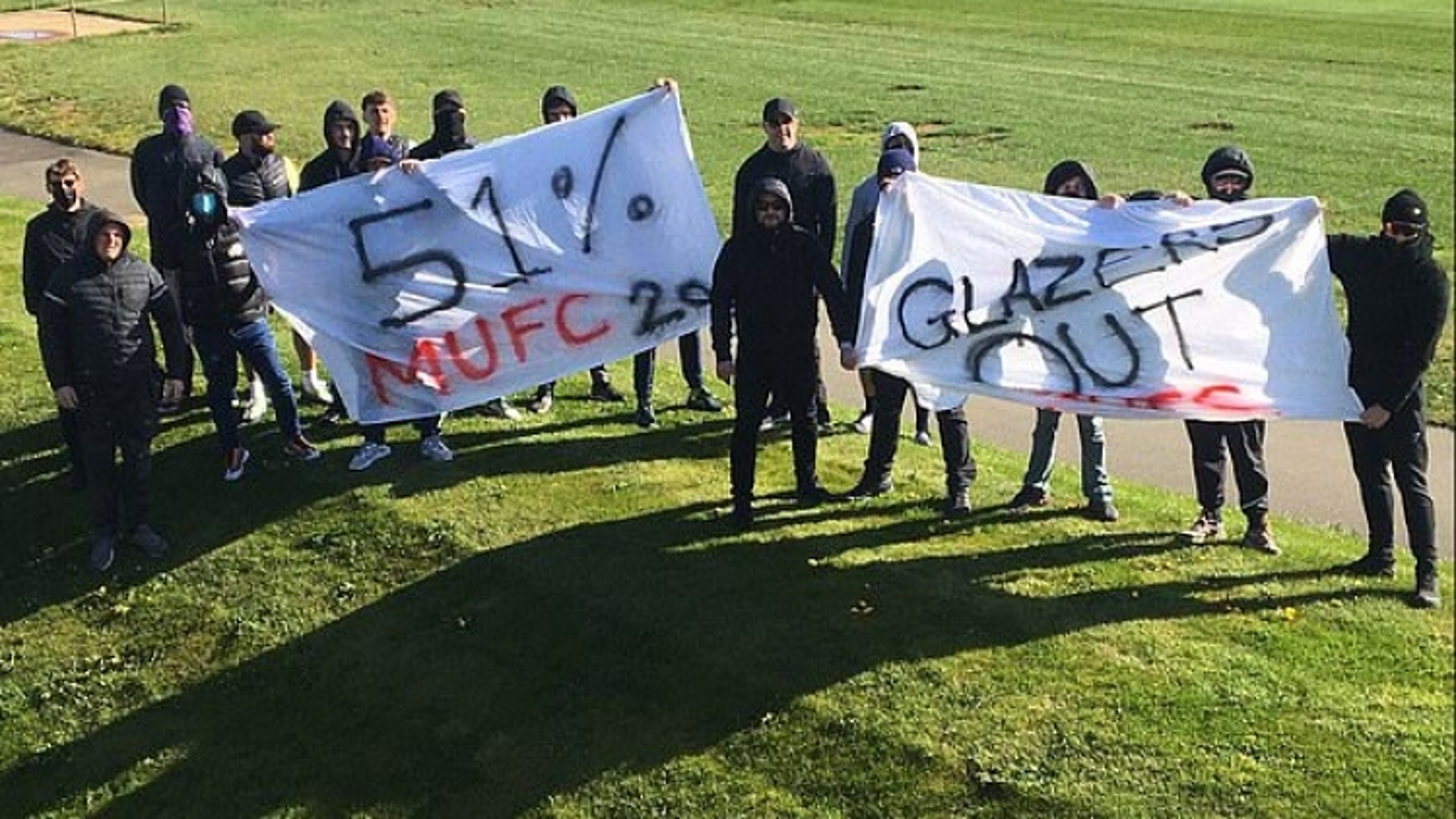CĐV MU làm loạn, chặn đường cầu thủ đến sân tập để phản đối Super League