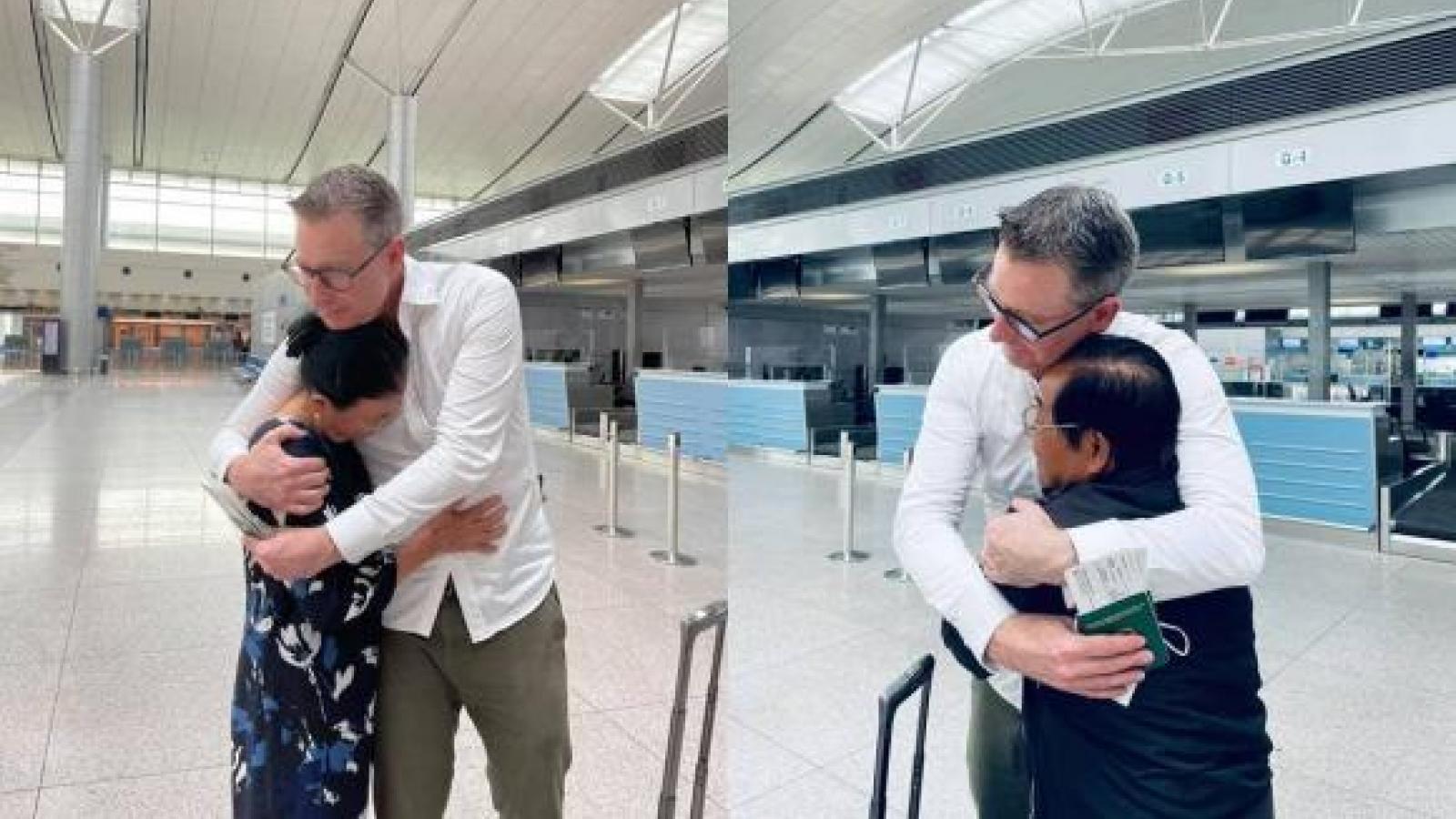 Chuyện showbiz: Đoan Trang xúc động tạm biệt bố mẹ để sang Singapore định cư