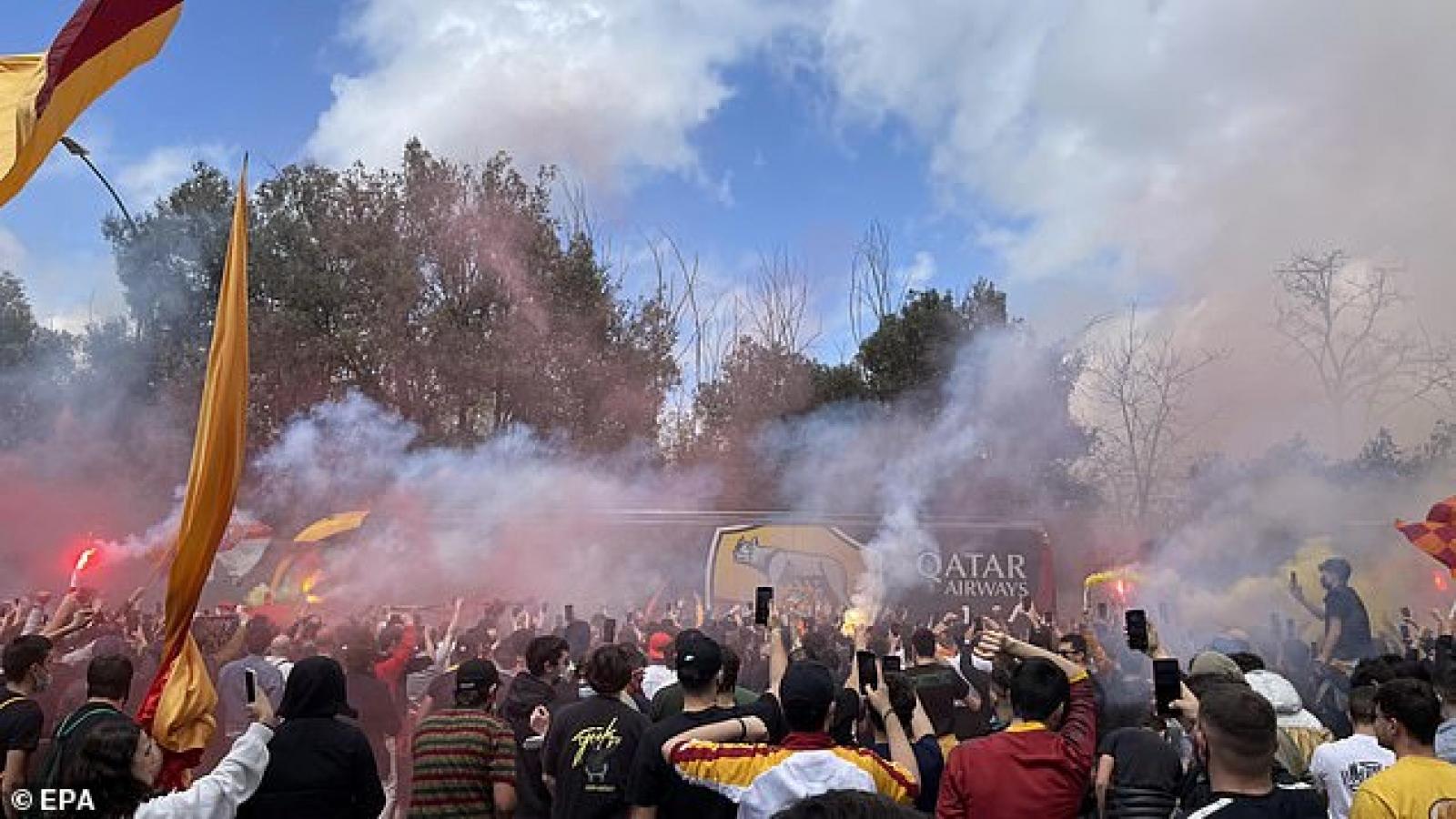"""""""Biển người"""" tiễn CLB Roma đến Anh đối đầu MU ở bán kết Europa League"""