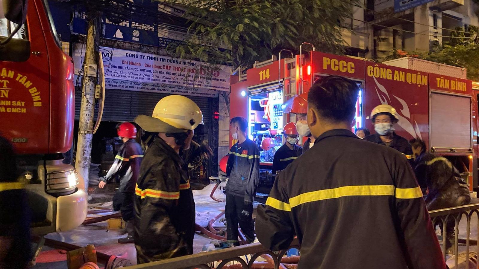 Dập tắt vụ cháy cửa hàng sơn gần Bệnh viện Thống Nhất, TPHCM