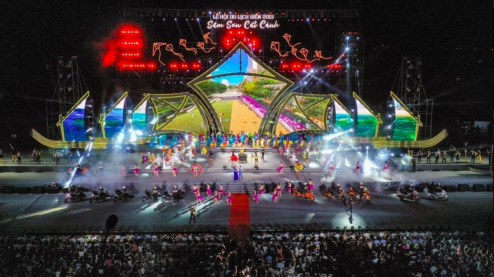 Hàng ngàn người dân và du khách đổ về Sầm Sơn dự đêm khai mạc Lễ hội du lịch Biển 2021