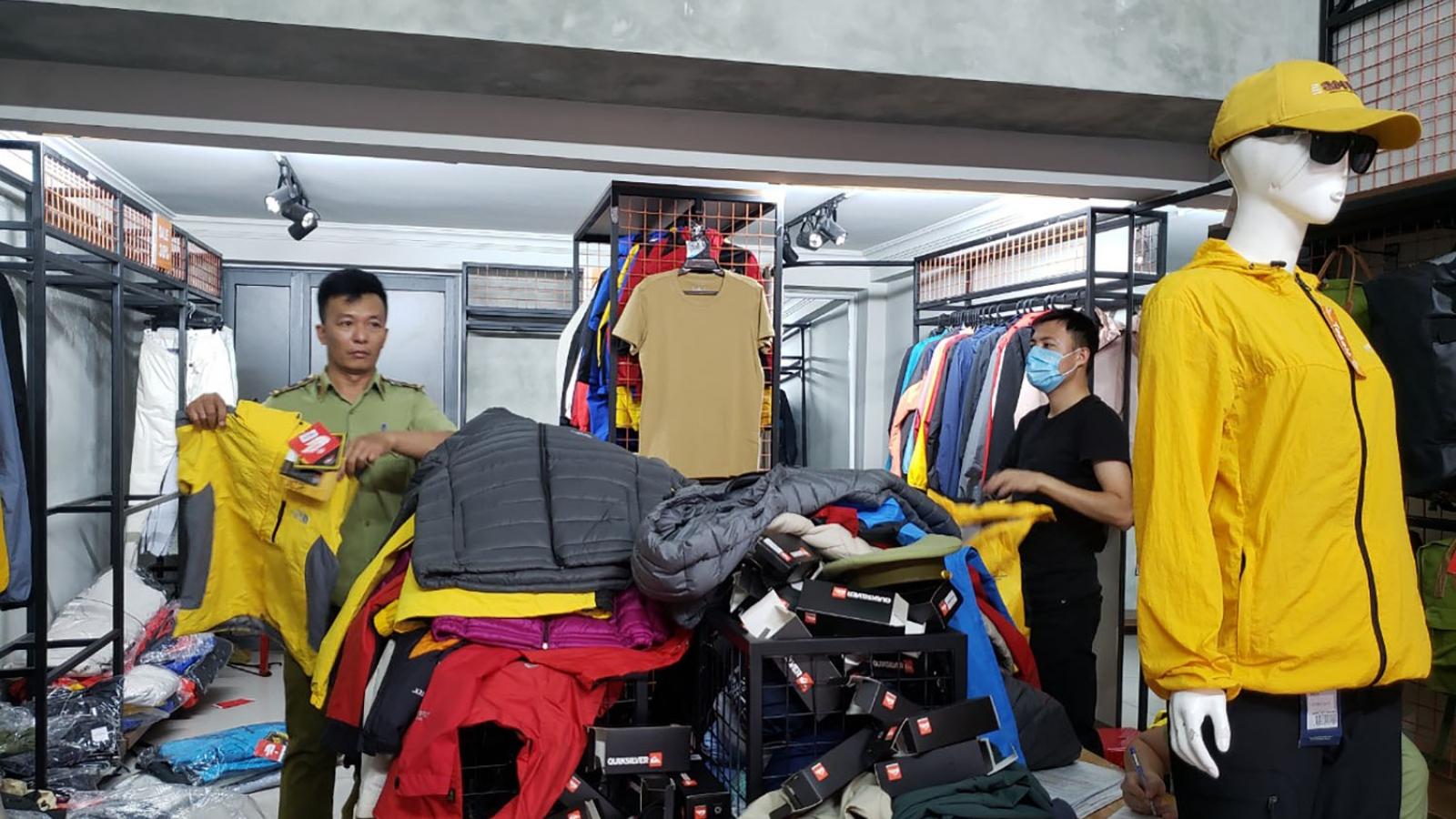 Tạm giữ hơn 2.000 sản phẩm hàng hóa nghi giả mạo nhãn hiệu tại Đà Nẵng