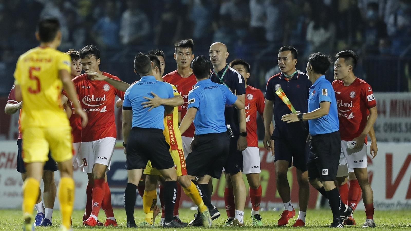 Bạo lực ở V-League 2021 đang thách thức mọi giới hạn?