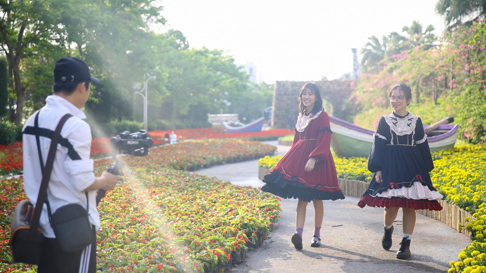 Du khách háo hức check-in trước thềm Lễ hội hoa Sầm Sơn