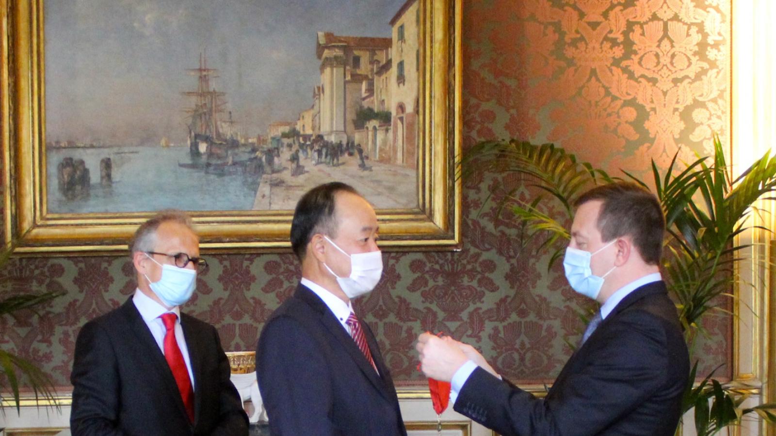 Đại sứ Việt Nam tại Pháp Nguyễn Thiệp nhận Huân chương Bắc đẩu Bội tinh