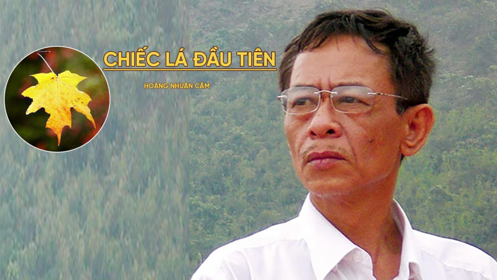 """Có hai văn bản bài thơ """"Chiếc lá đầu tiên"""" của nhà thơ Hoàng Nhuận Cầm"""