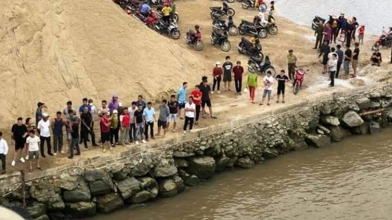 Hải Phòng: Tìm kiếm 2 phụ nữ mất tích trong vụ lật thuyền trên sông Văn Úc