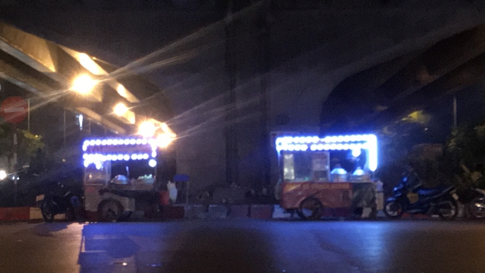 Hàng quán lấn chiếm lòng đường tại ngã tư Phạm Hùng, Tôn Thất Thuyết