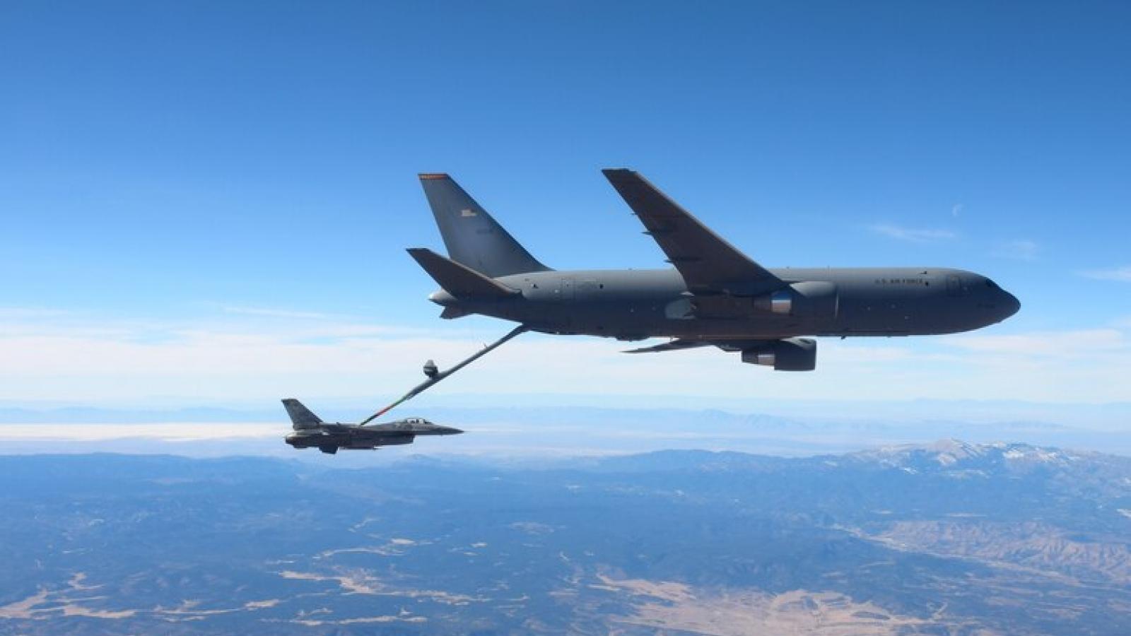 """""""Thùng xăng bay"""" KC-46 của Không quân Mỹ tiếp nhiên liệu trên không cho F-16"""
