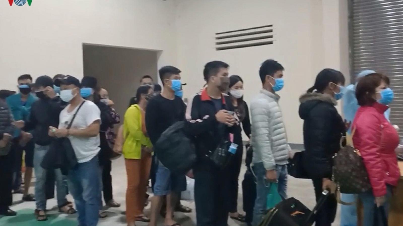Công dân Việt Nam tại Lào tiếp tục đăng ký xuất cảnh về nước