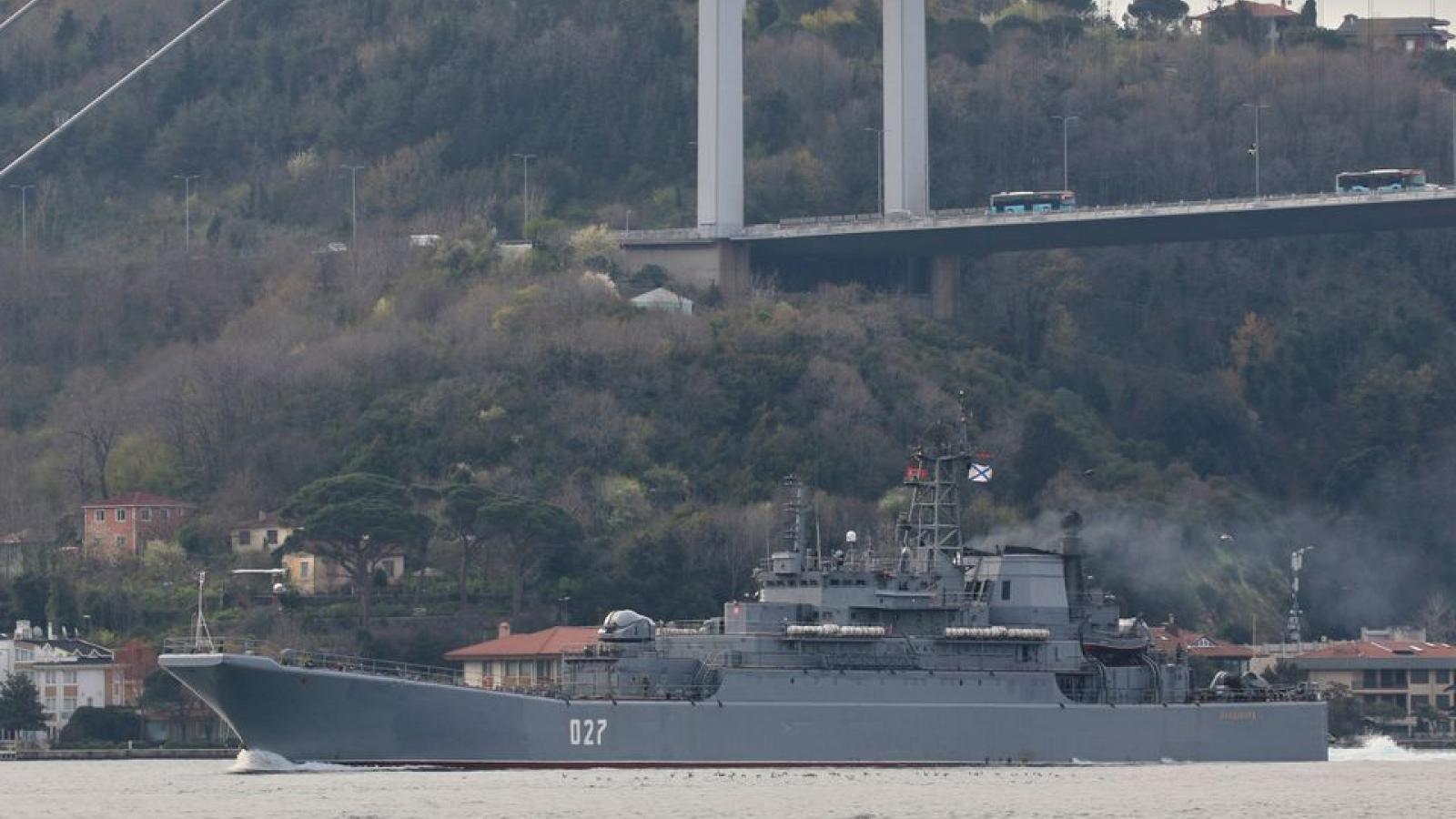 Hai tàu chiến của Nga đi qua Eo biển Bosphorus vào Biển Đen