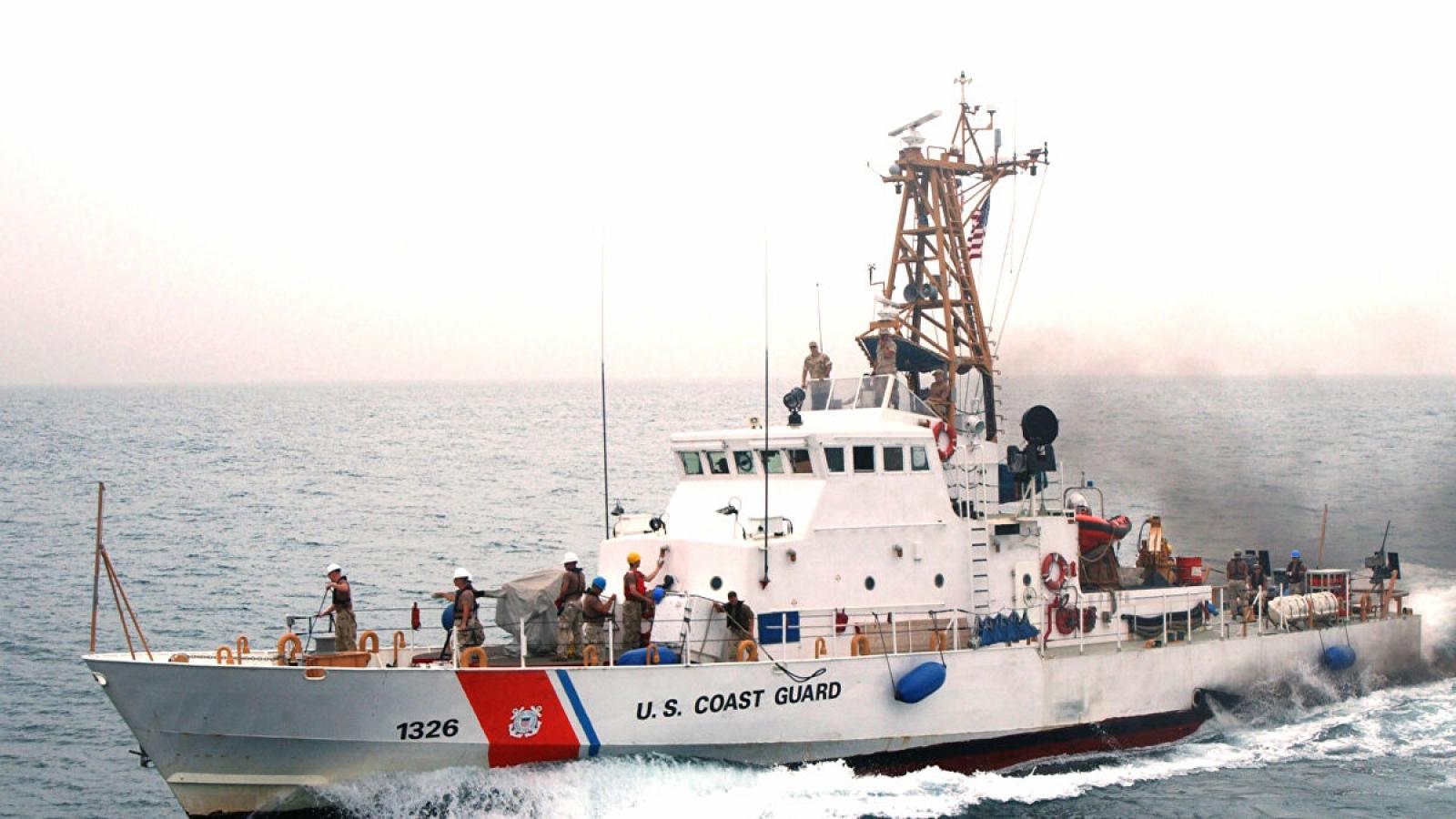 """Tàu Iran """"quấy rối"""" tàu Mỹ ở Vịnh Ba Tư"""