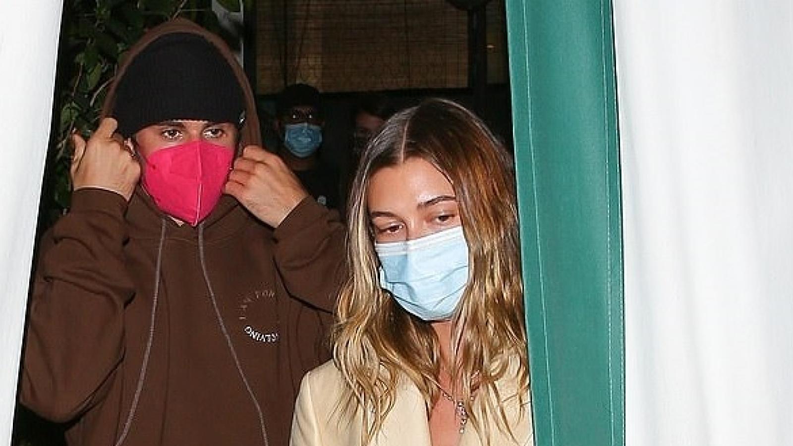 Justin Bieber ngọt ngào ôm vợ tại nhà hàng