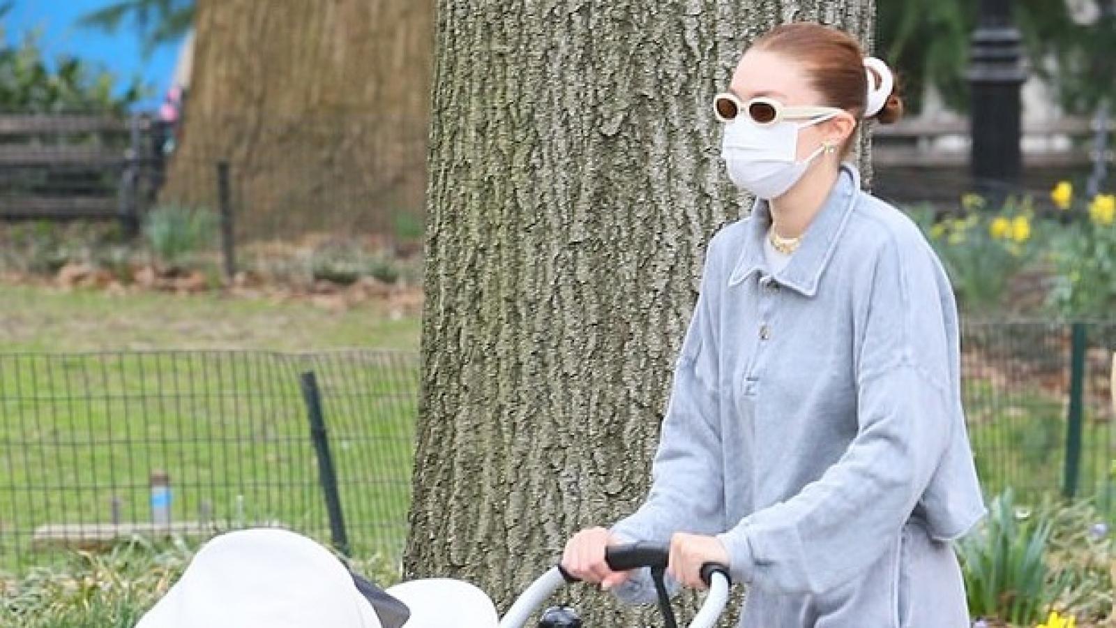 Gigi Hadid diện trang phục thể thao năng động đưa con gái đi chơi