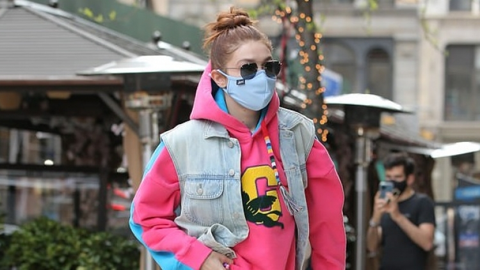 Siêu mẫu Gigi Hadid trẻ trung đi dạo phố