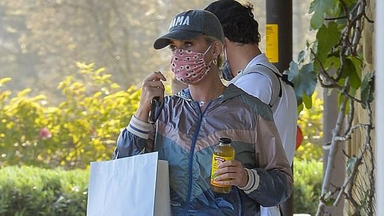 Katy Perry xuề xòa ra phố, Orlando Bloom địu con chờ bạn gái