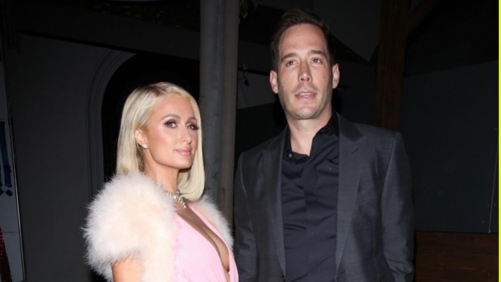Paris Hilton diện đầm hồng gợi cảm đi dự tiệc cùng hôn phu Carter Reum