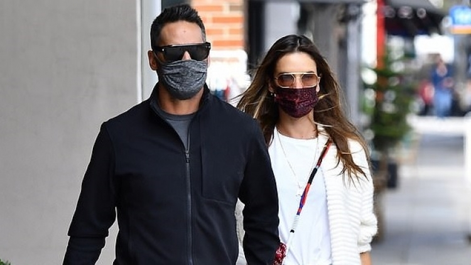 Alessandra Ambrosio tình cảm nắm tay bạn trai đi ăn trưa
