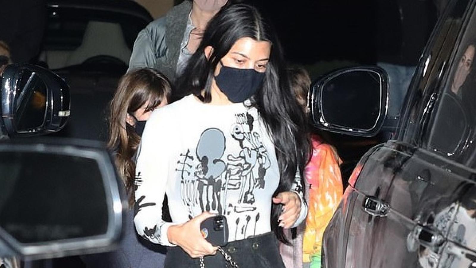 Vắng tình mới, Kourtney Kardashian giản dị đi ăn tối cùng con gái cưng