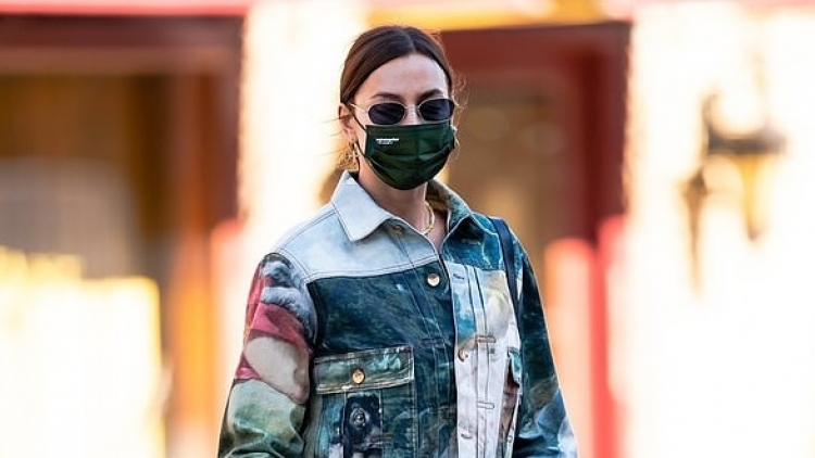 Siêu mẫu Irina Shayk diện trang phục denim họa tiết bắt mắt ra phố cùng con gái cưng