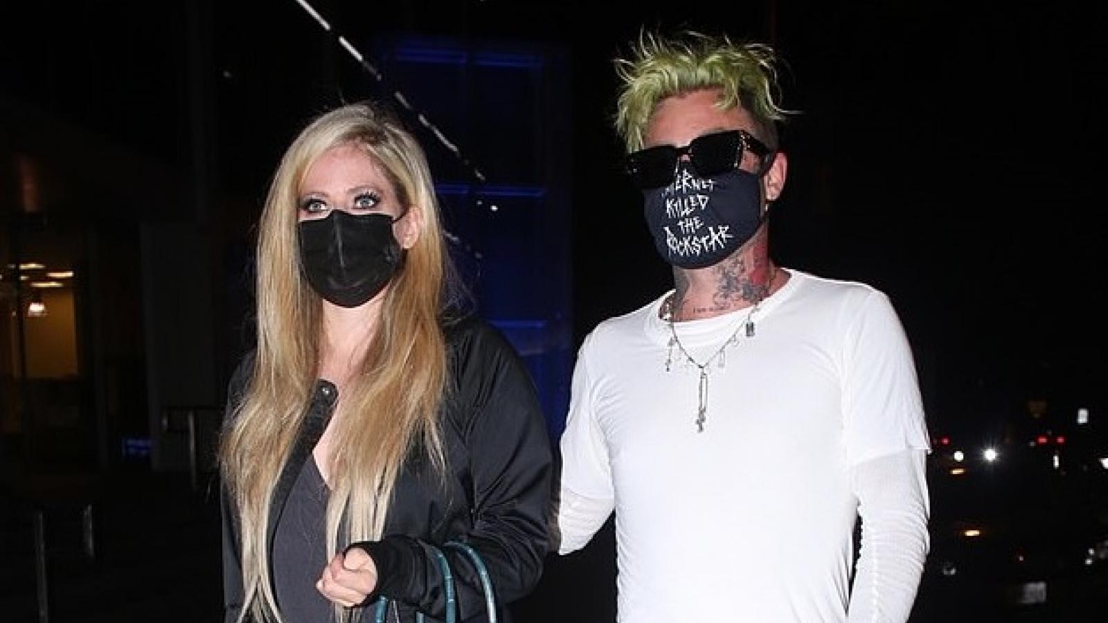 Avril Lavigne và bạn trai mặc đồ đối lập hẹn hò ăn tối lãng mạn tại nhà hàng