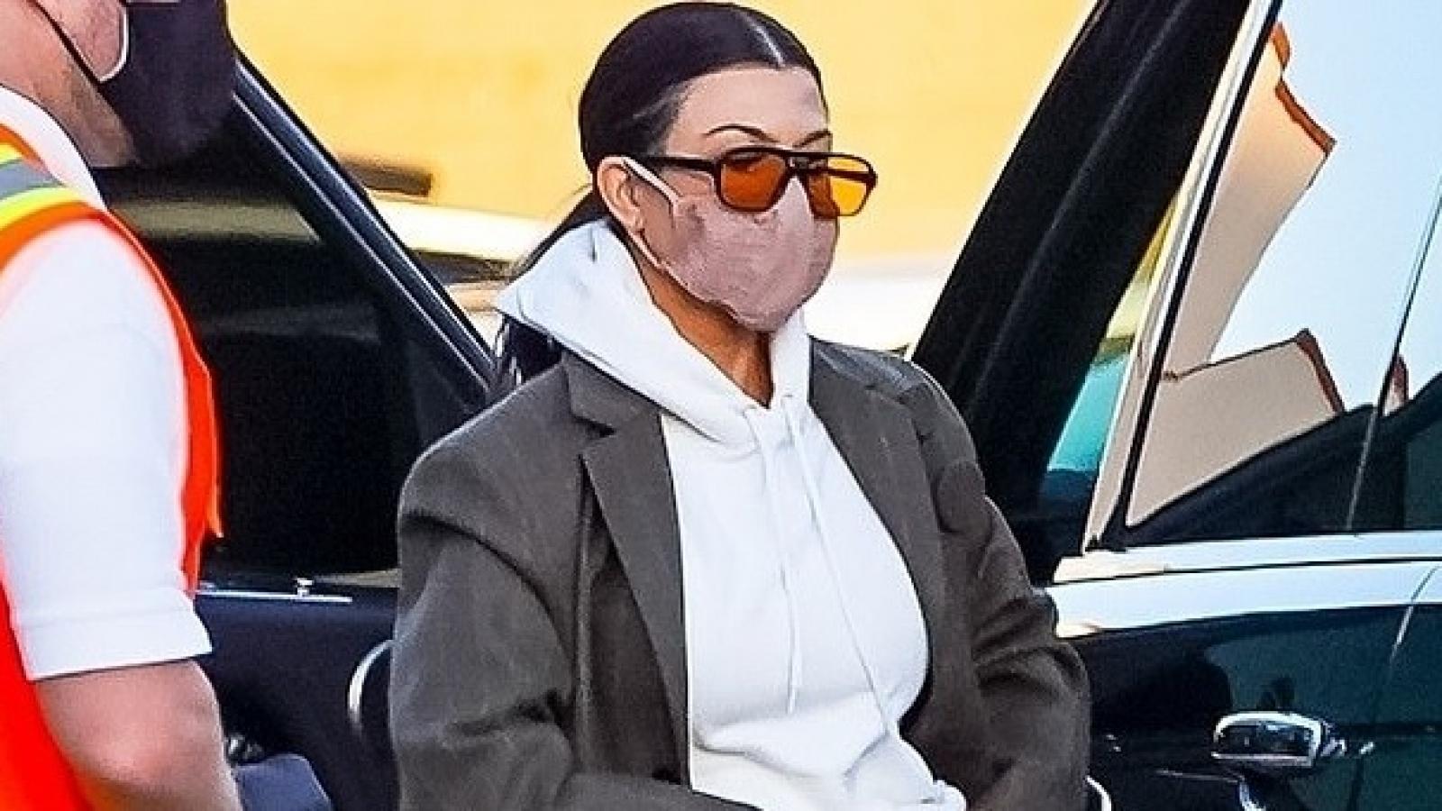 Kourtney Kardashian giản dị đưa con trai cưng đi chơi lúc tối muộn