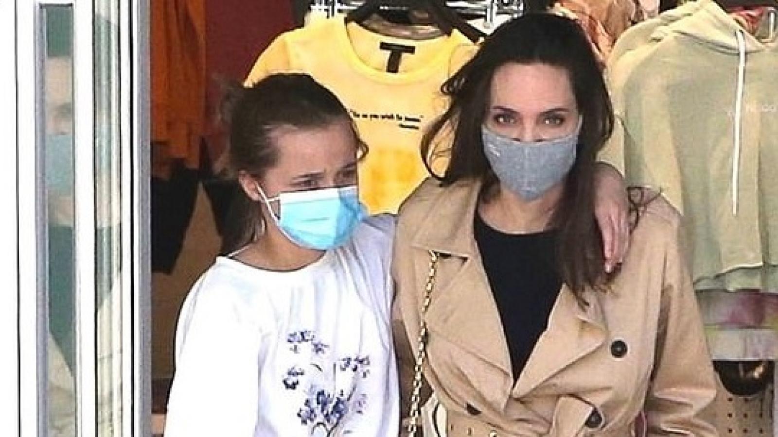 Angelina Jolie và con gái khoác vai tình cảm đi mua sắm