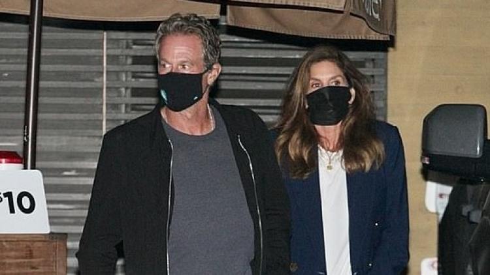Vợ chồng Cindy Crawford hẹn hò lãng mạn lúc tối muộn