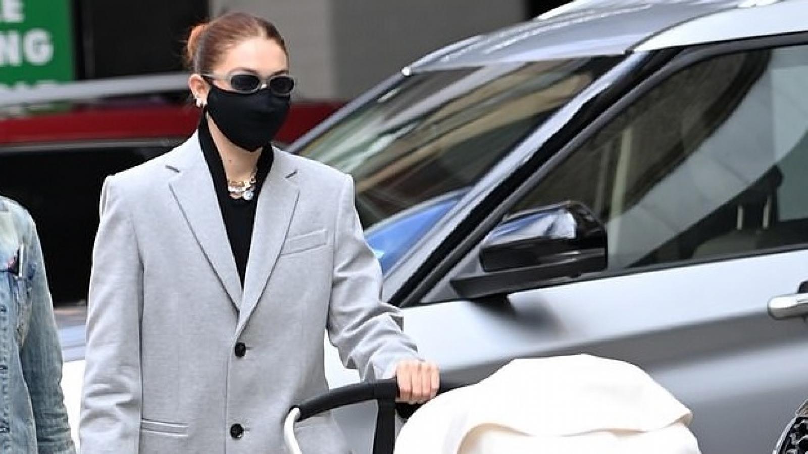 Siêu mẫu Gigi Hadid thanh lịch đưa con gái cưng đi chơi