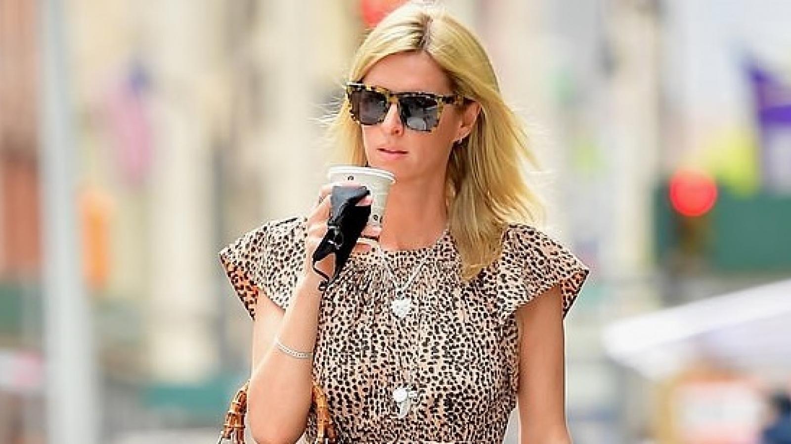 Em gái Paris Hilton thưởng thức cafe nóng hổi khi đi dạo phố