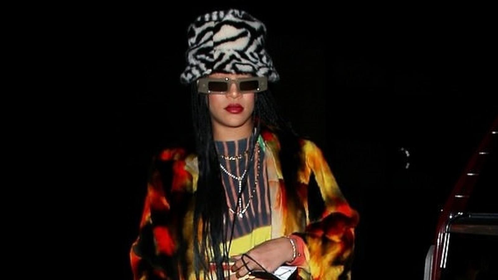 Rihanna phối đồ lạ mắt đi ăn tối cùng bạn bè