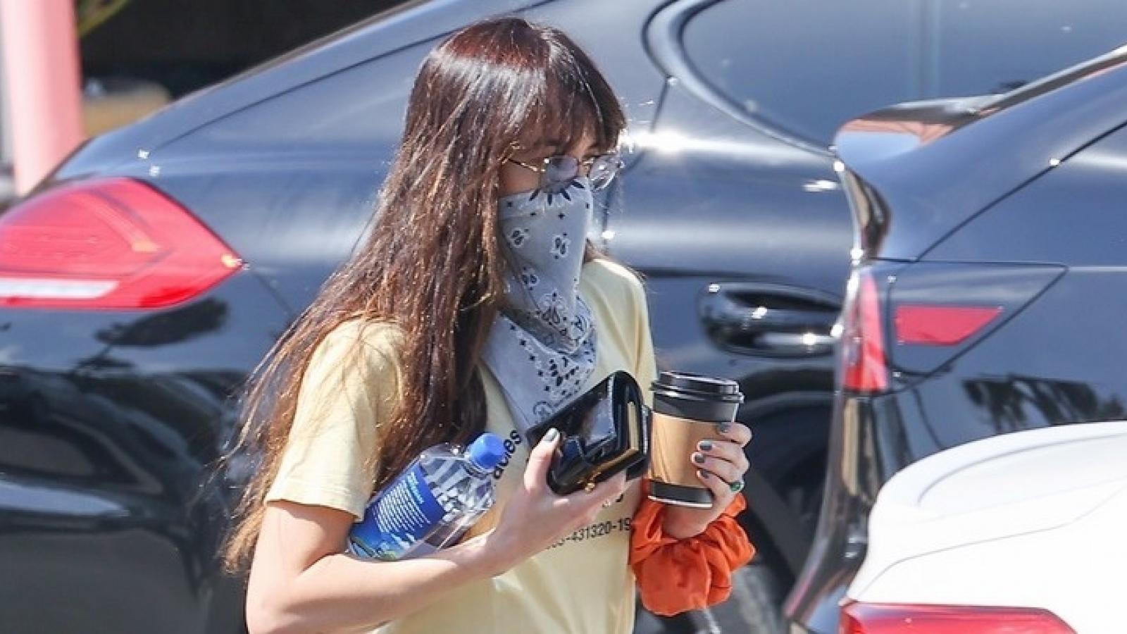 Kiều nữ Dakota Johnson một mình đi mua sắm sau tin đồn đính hôn