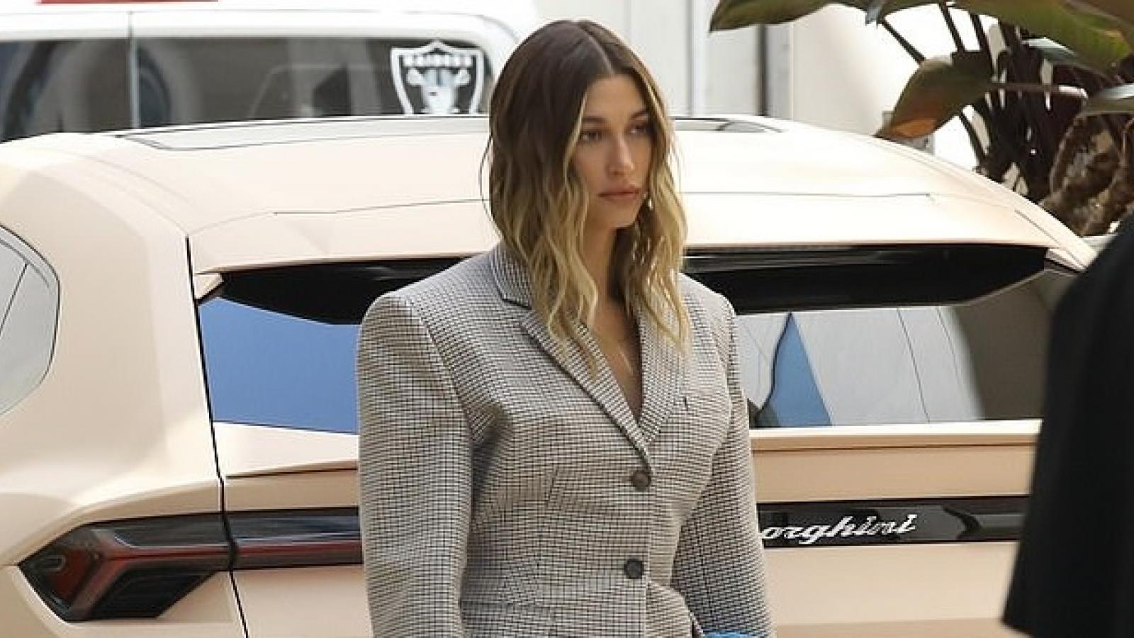 Hailey Baldwin diện blazer thanh lịch đi họp ở Los Angeles