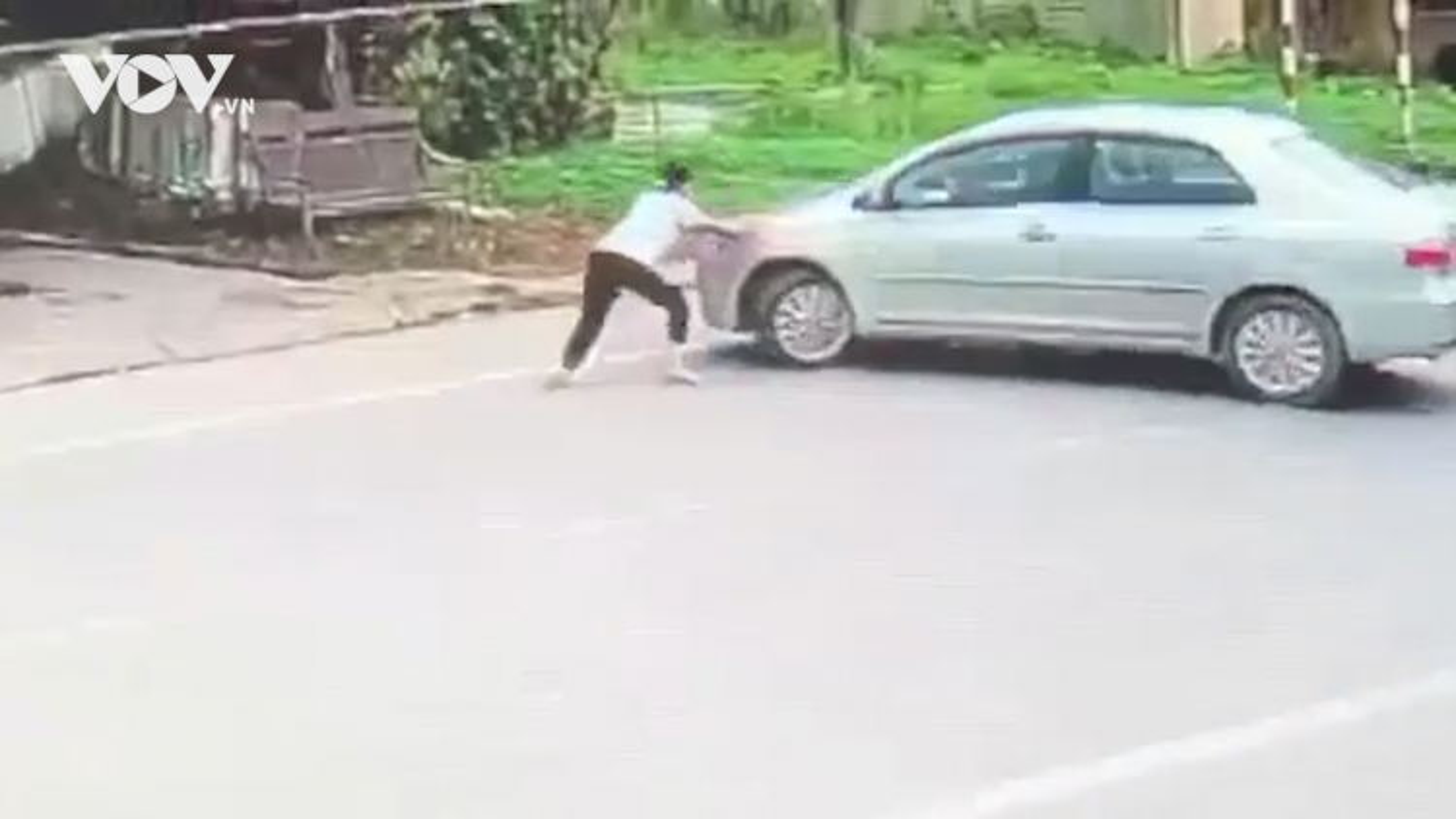 Thót tim cảnh bé gái chặn đầu xe ô tô của kẻ mua 2 két bia không trả tiền