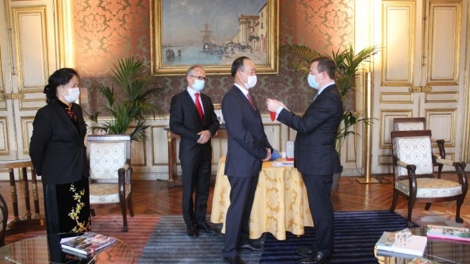 Vietnamese diplomat in Paris receives French honour