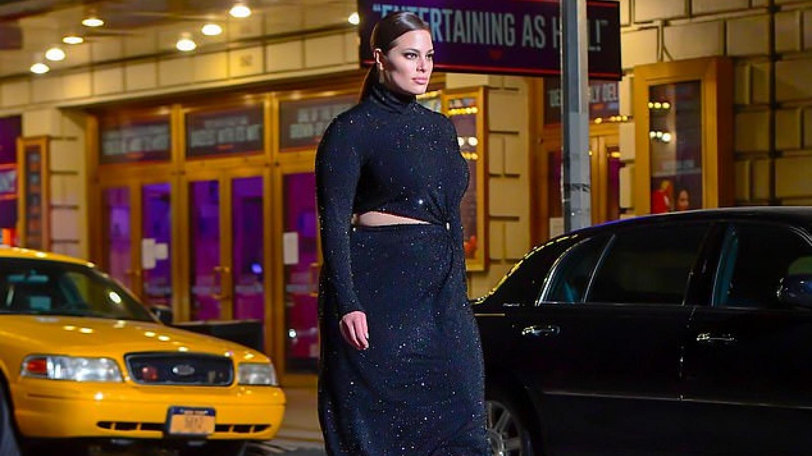 Ashley Graham diện đầm bó trong buổi trình diễn ngoài trời của Michael Kors