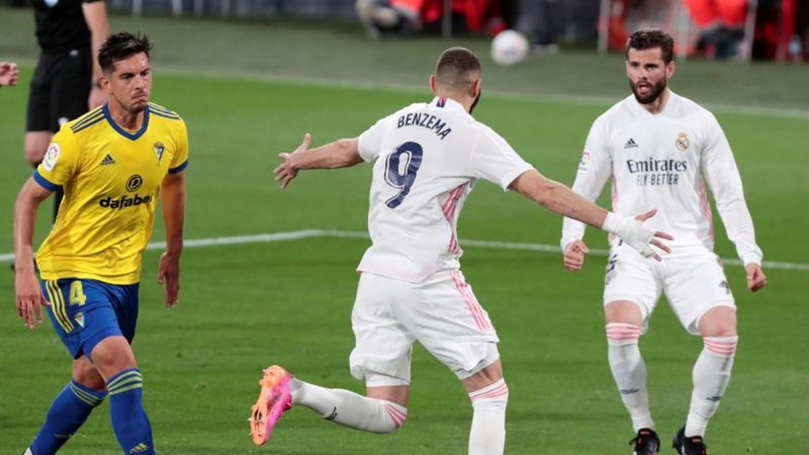 """""""Đi dạo"""" ở Cadiz, Real Madrid trở lại ngôi đầu La Liga"""