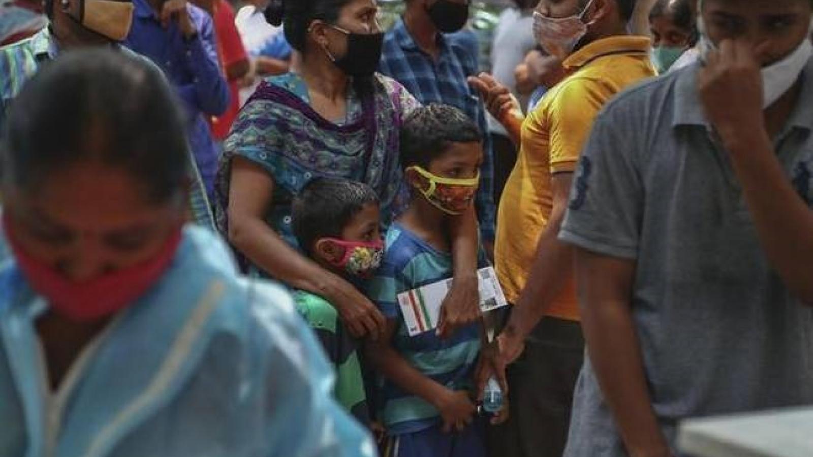 Giới chức y tế Ấn Độ kêu gọi người dân đeo khẩu trang cả khi ở nhà để ngừa Covid-19