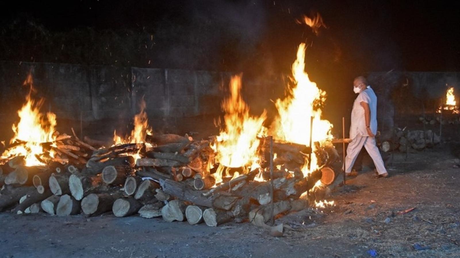 Giàn thiêu rực lửa suốt đêm ngày, Ấn Độ đang trải qua chuỗi ngày kinh hoàng vì Covid-19