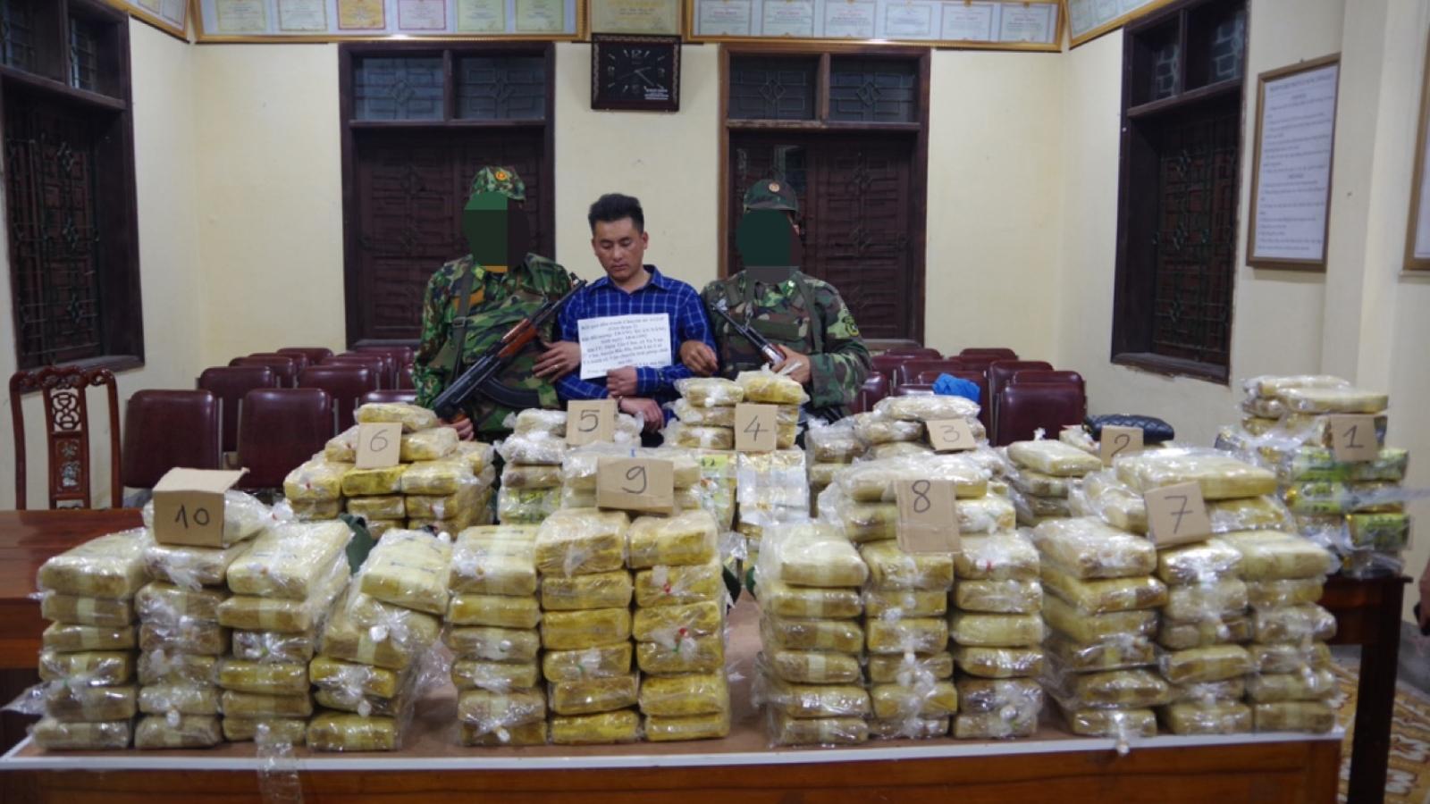 Chặn xe 7 chỗ chở hàng trăm kg ma túyở Nghệ An