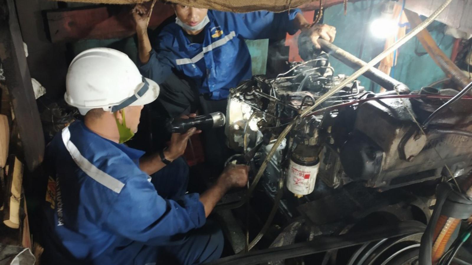 Bộ đội Trường Sa kịp thời sửa chữa sự cố tàu cá Quảng Ngãi